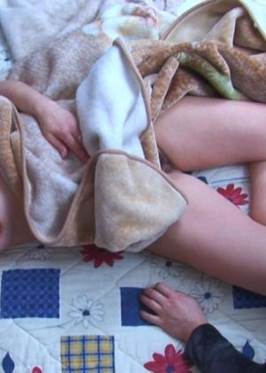 Парень присунул спящей женщине