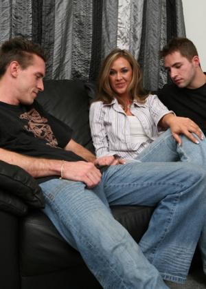 Зрелая фитоняшка и два молодых парня