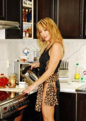 Женщина сосет и ебется на кухне с молодым парнем