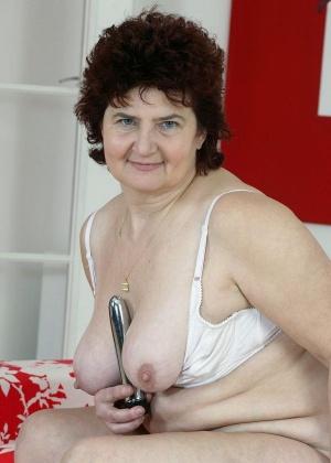 Пожилая толстуха мастурбирует волосатую пиздень