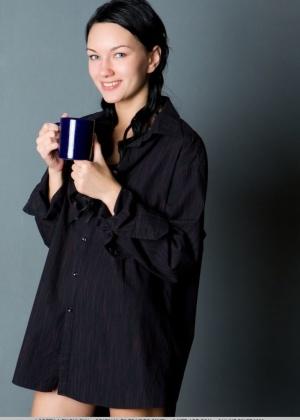 Жгучая брюнетка в черной рубашке