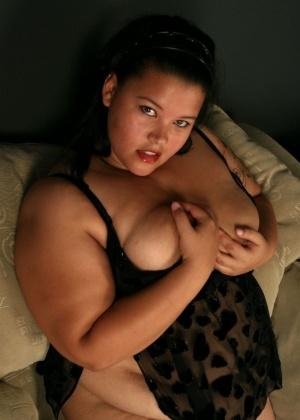Жирная телка Шелси разделась и мастурбирует