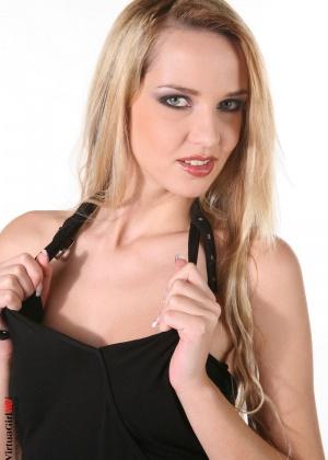 Милая блондинка Ника с небольшой грудью