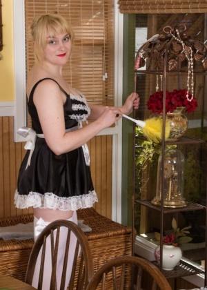 Пухлая блондинка демонстирует волосы растущие у нее повсюду