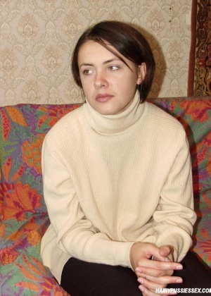 Русская красавица позирует голой на фоне ковра
