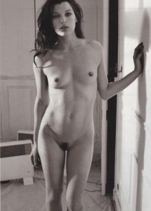 Плоская Мила Йовович полностью голая