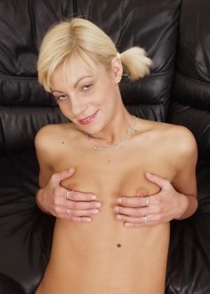Худая блондинка с маленькой грудкой показывает милую киску