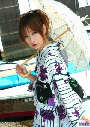 Азиатка в кимоно и без трусов