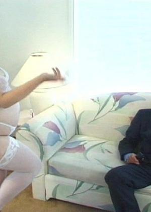 Мужчина лизнул анус у толстой проститутки, которая проглотила его сперму
