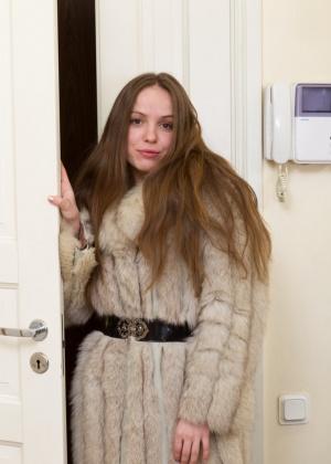 Сняв шубу, русская девушка показала мох на пизде