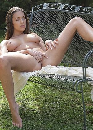 Роскошная телка уединилась в кресле на улице