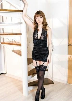 Две сексапильные азиатки в коротких платьях без трусиков