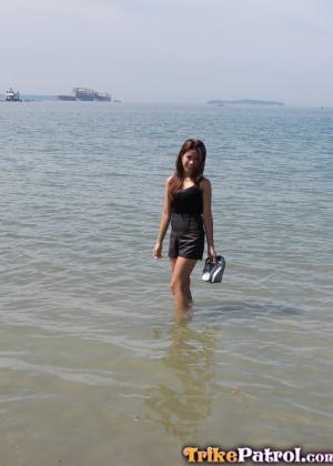 Азиатка пришла домой с пляжа и показала пизду