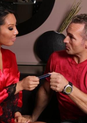 Две азиатские массажистки обслуживают клиента