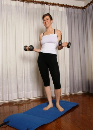 Волосатая девка делает физические упражнения