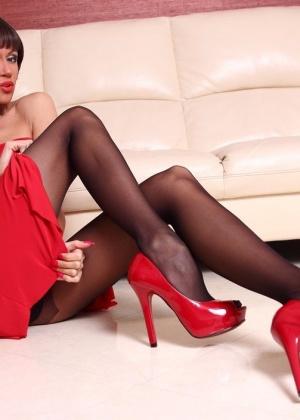 Lily Wow рвет на себе колготки между ног