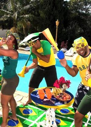 Толстозадая бразильянка ебется раком у бассейна
