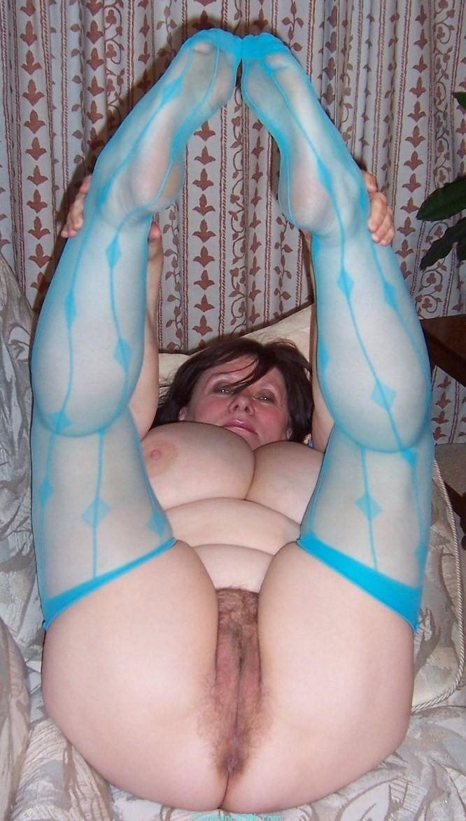 Задрав ножки, гибкие телки показывают дырочки - компиляция 5