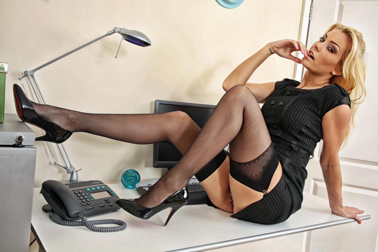 эротическое фото девушек секретарши ложится