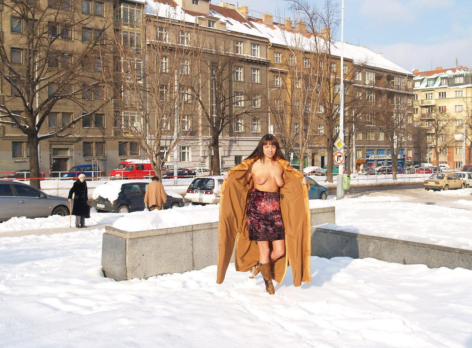 Девушки на снегу (ты их согрей руками) - компиляция 13